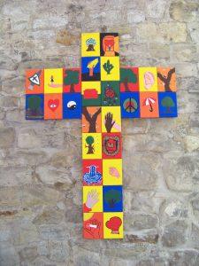 Sichtbar evangelisch 2016 buntes Schulkreuz