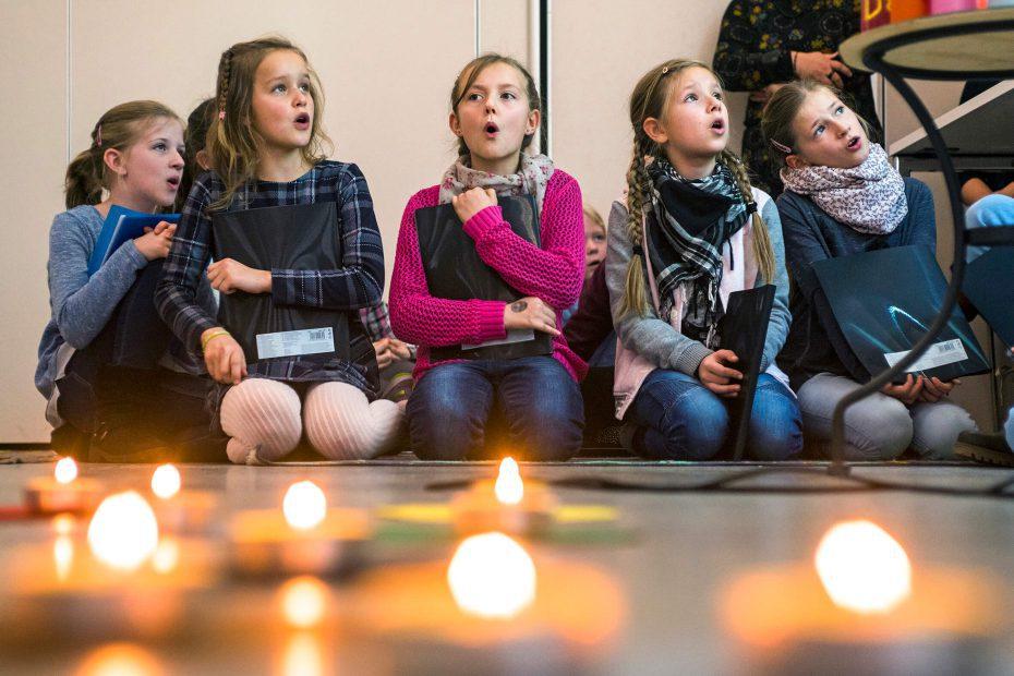 Andachten werden durch die Anwesenheit des mobilen Schüler-Altars aufgewertet und in ihrer Ernsthaftigkeit unterstützt.