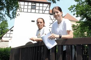 """Zwei der sechs Städteguides der Schülerfirma """"Naturkultour"""": Lucy Tischer und Laura Körner."""