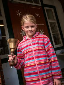 Porträt der CJD Grundschule Adensen-Hallerburg.